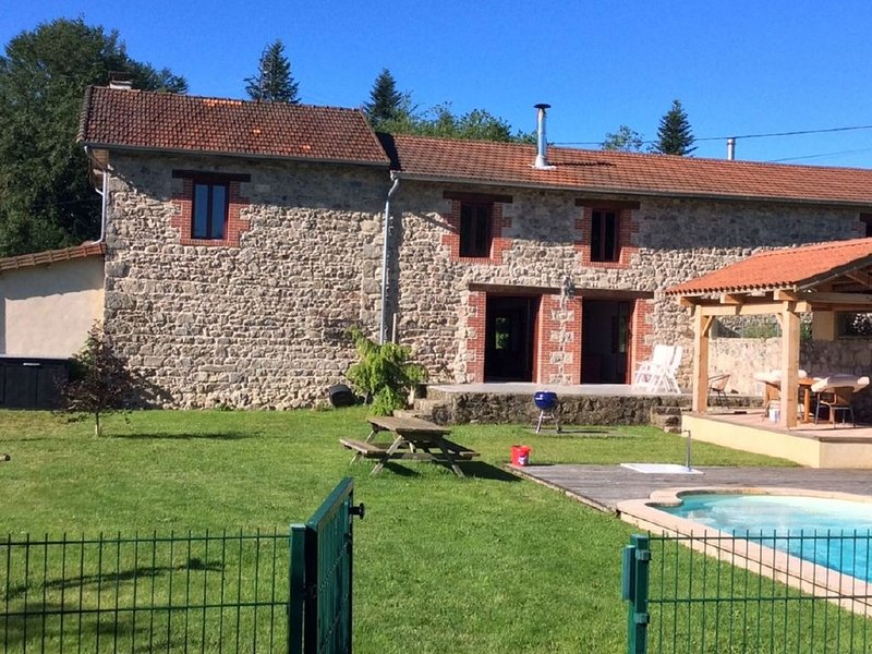 Rustic Holiday Home in Lavoine with Pool near Lake & Forest, location de vacances à Ferrières-sur-Sichon