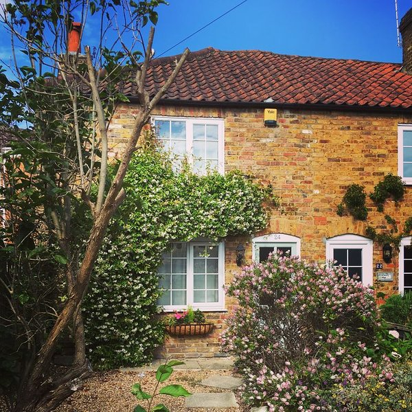 Quintessential English Cottage, a perfect base to explore Hampton Court & London, Ferienwohnung in Surrey