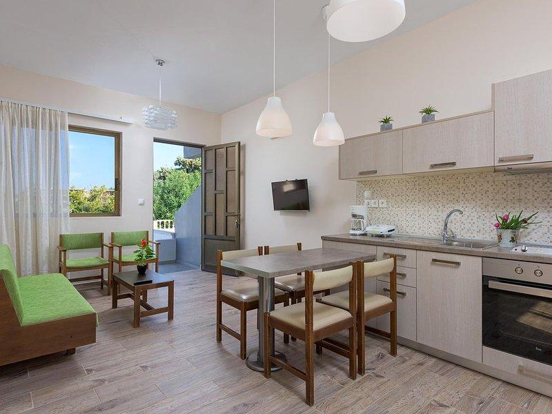 'Rodania Summer' Two bedroom apt with private backyard, location de vacances à Ladiko