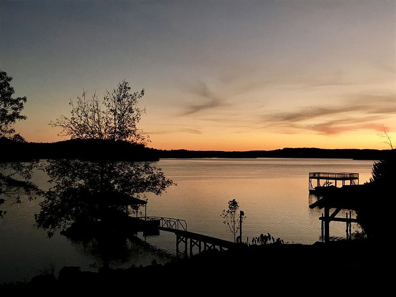 Charming Lake Keowee Retreat, 16 miles from Clemson!, alquiler vacacional en Sunset