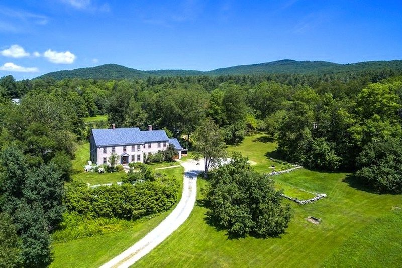 Isolated Rural Inn & Cottages! Private Water, Generator, Wifi! Scenic Weston Inn, holiday rental in Chester