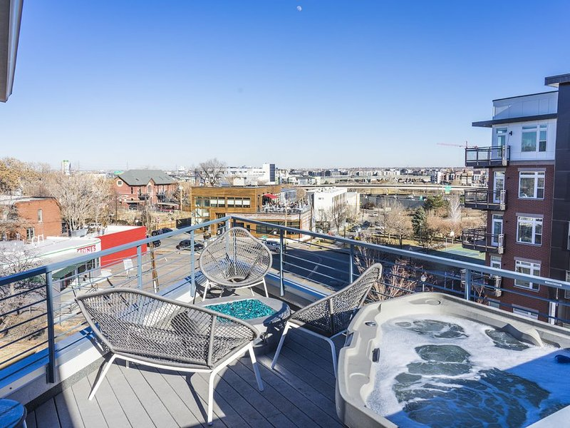 Unique 4 Story Townhome with Rooftop Hot Tub in the Heart of Denver, holiday rental in Denver