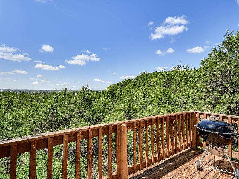 AUTHENTIC COZY CABIN 1BD/1BA +Loft 8mi to ATX Sleeps 4 Wooded Gem!, holiday rental in West Lake Hills