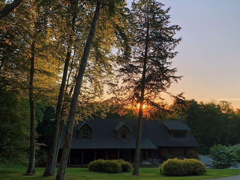 Beautiful Log Home - Great Escape for the Holidays!  Strong WIFI!, vacation rental in Clinton Corners