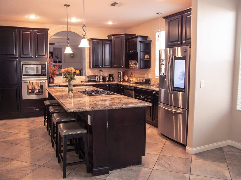 Modern 5 Bed, 3 Bath Home In a gated community mins from the strip!, casa vacanza a Las Vegas