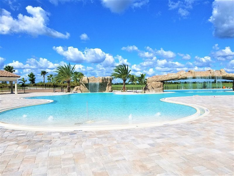 Newly built Lakewood National Condo. 1st floor end unit with unlimited golf., holiday rental in Myakka City