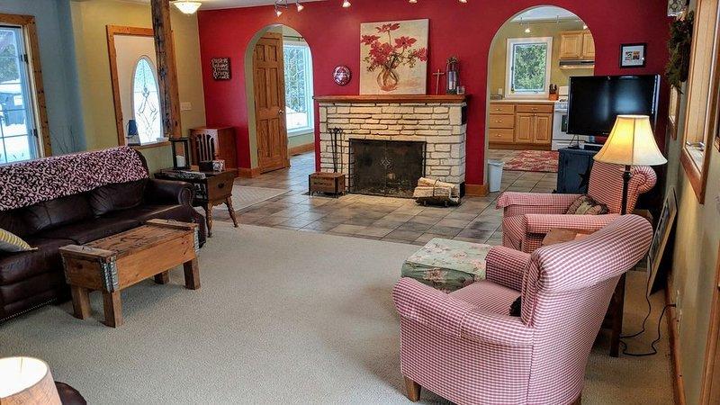 Modernized Classic Log Home Close to Shopping and Sunset Walks, casa vacanza a Fish Creek