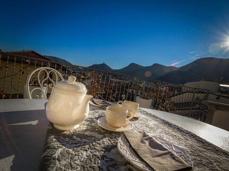 piccolo attico di charme con vista sul centro di Como e a pochi passi dal lago., vacation rental in San Fermo della Battaglia