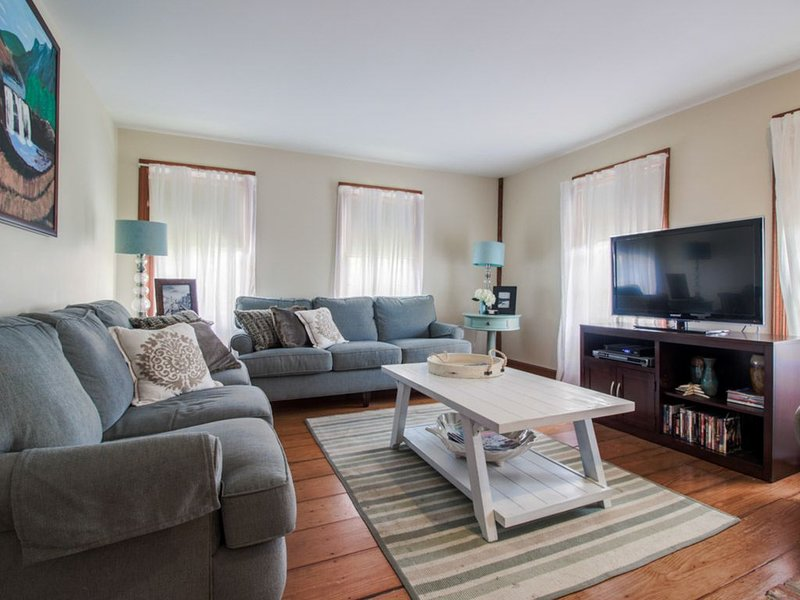 Classic farmhouse w/ beautiful deck, gas grill - close to town & the beach!, holiday rental in Kennebunk