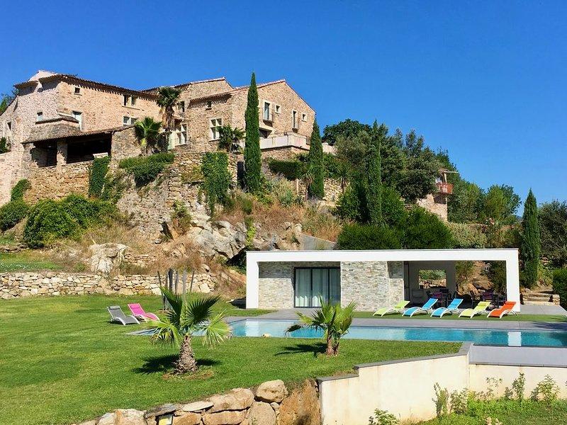 7 chambres, 6 salles de bains, 3 salles à manger, piscine 4x15, terrasses,, location de vacances à Bedarieux