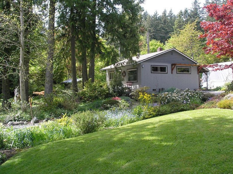 Sweet One Bedroom Country Cottage  Mins from Victoria, B C, holiday rental in Central Saanich