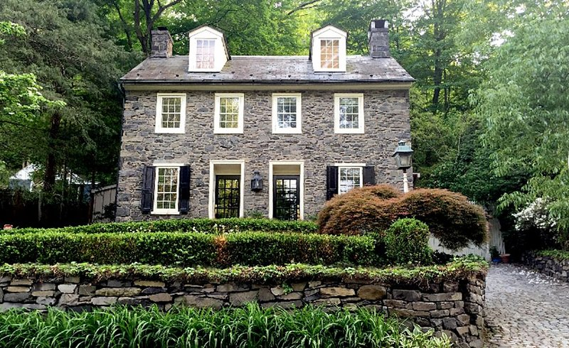 Pierre House: 1790 Bucks County Stone Home Pierre House, alquiler vacacional en Upper Black Eddy