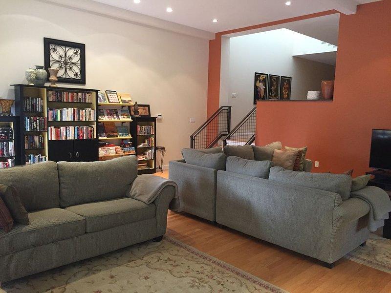 """Gran salón con biblioteca, juegos, televisión de 50 """"con música y biblioteca de DVD."""