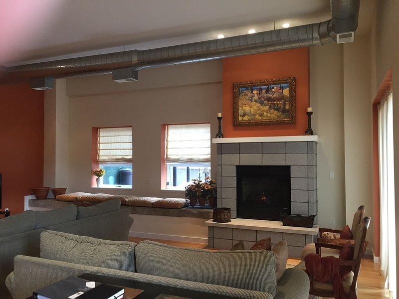 Tuscan-Inspired Modern Loft Carved Out of a Renovated Winery, casa vacanza a Berrien County
