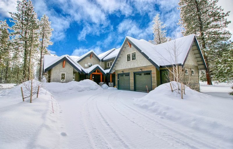 Brand New Golf Course Stunner! Short Walk to the Winery * Hot Tub * Fire Pit, casa vacanza a Cle Elum