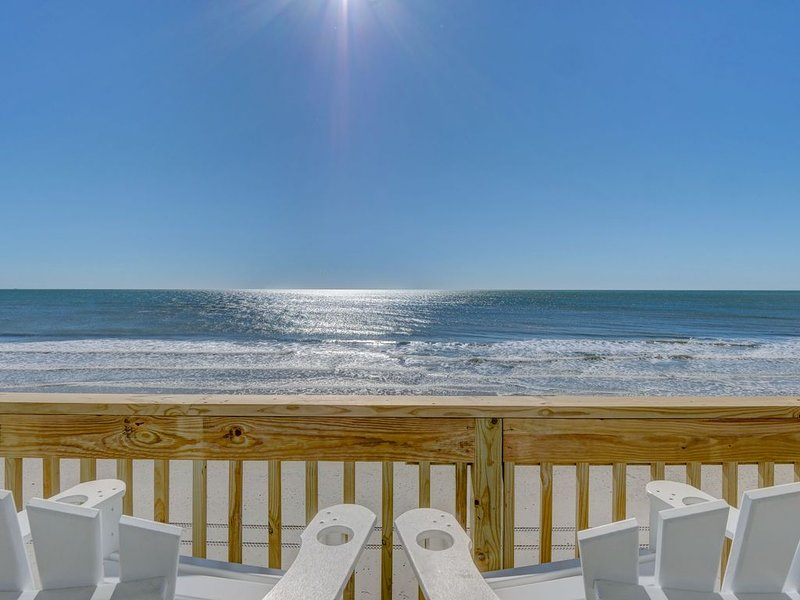 Fully Remodeled STUNNING Single Story Private Oceanfront with Hot Tub Sleeps 10, holiday rental in Surf City