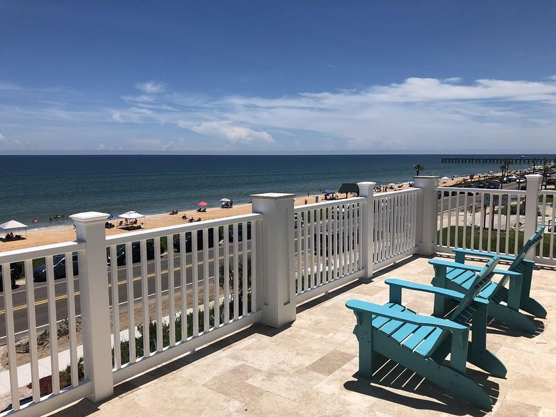 Fantastic View! Brand New Oceanfront Beach House; Steps from the Beach!, alquiler de vacaciones en Flagler Beach