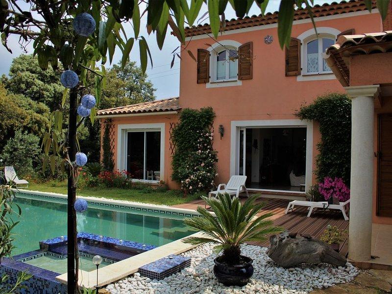 villa sur terrain en restanque arboré  avec belle piscine / spa, à 1km de la mer, holiday rental in Six-Fours-les-Plages
