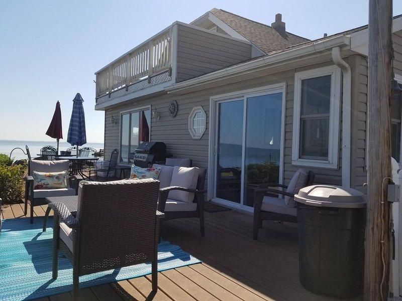 2/3 Bedroom lakefront cottage with amazing views close to Camp Perry, aluguéis de temporada em Lacarne