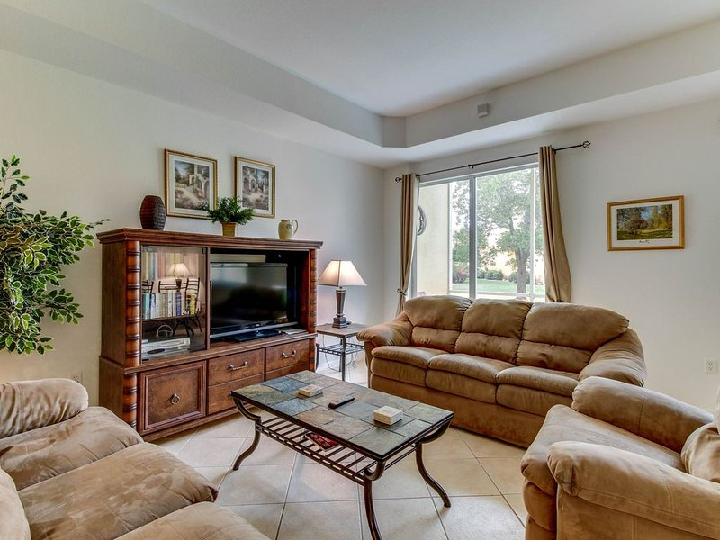 Family-friendly townhouse w/ shared pool - close to golf, beach & more!, holiday rental in Biggar