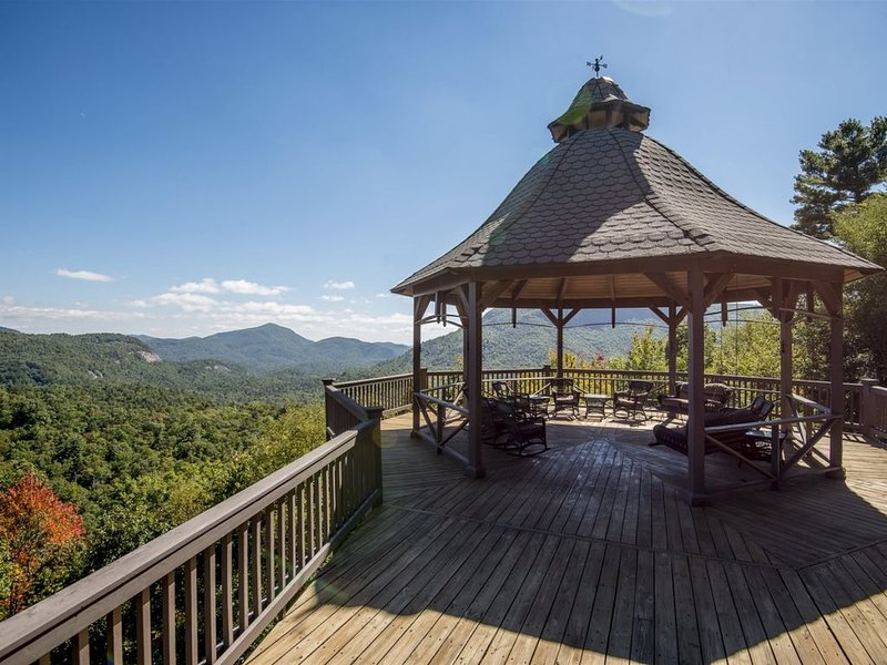 AMAZING VIEWS! Large upscale home in the heart of the Blue Ridge Mountains, casa vacanza a Cashiers
