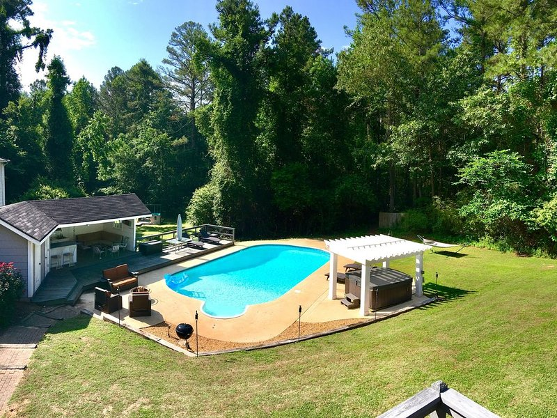 Large Private Estate on 16 Acres w/Pool,Jacuzzi,BBQ,Foosball,Playground & More!, location de vacances à Jonesboro