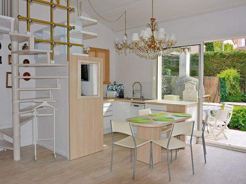 Duplex dans Villa avec grand Jardin - BARBECUE - Sud - Calme - WIFI -VELO - MER, Ferienwohnung in Villeneuve-Loubet
