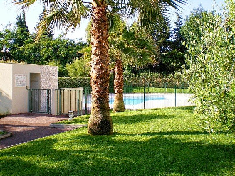 RDJ AU CALME PISCINE MER 700M PARC 200M WIFI FIBRE CLIM ANIMAUX, vacation rental in Villeneuve-Loubet