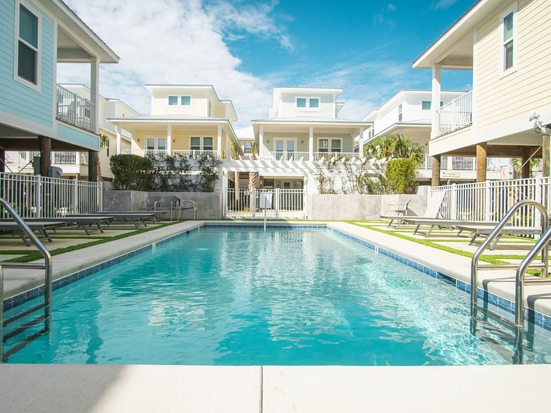 Modern cottage that is an easy walk to beach, The Hangout, and semi-private pool, location de vacances à Gulf Shores