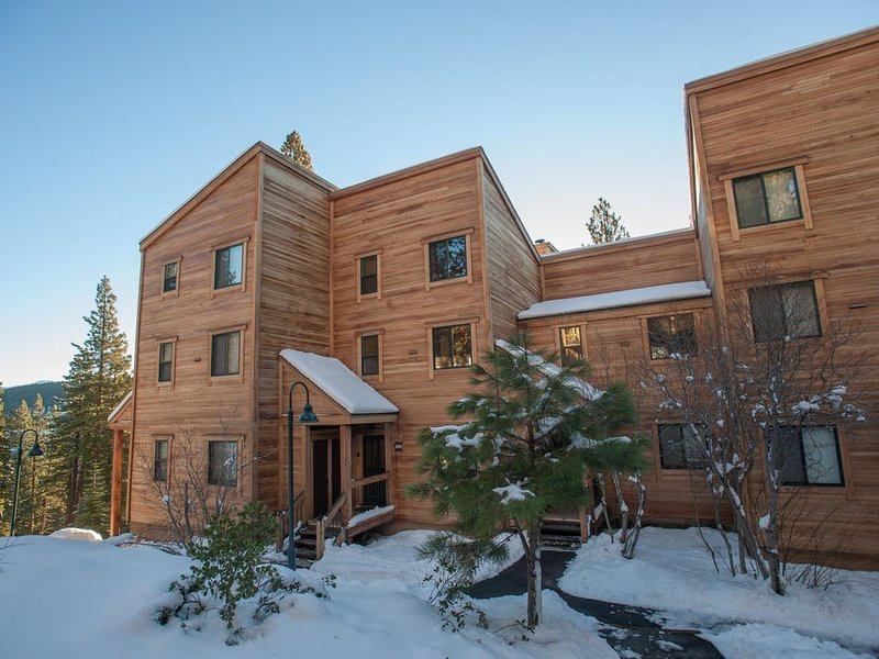 Goldbend at Northstar - on shuttle route, access to rec center w/yr round pool &, vacation rental in Truckee