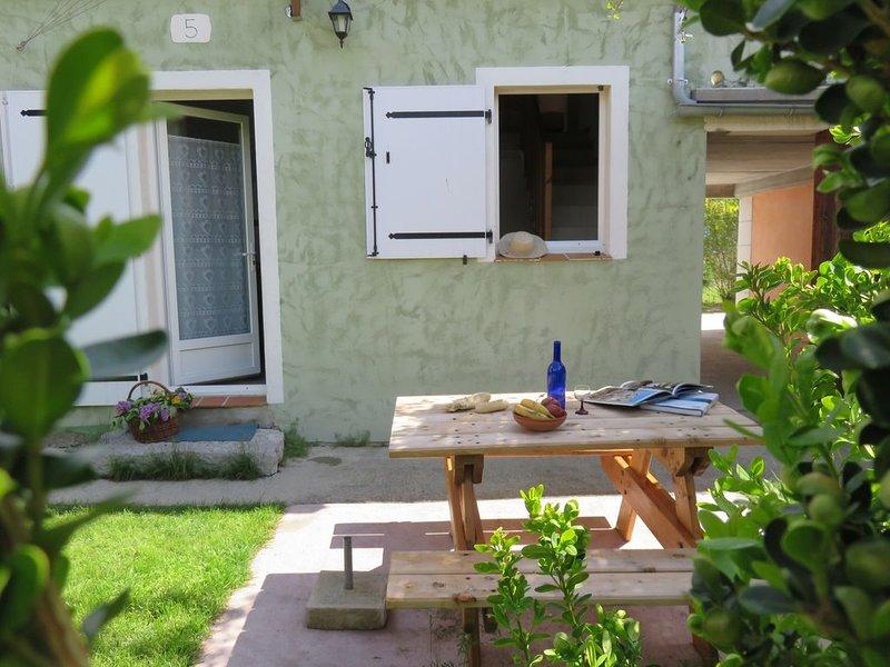 Gîte avec trois chambres dans résidence avec piscine chauffée, alquiler vacacional en Saint-Julien-du-Verdon