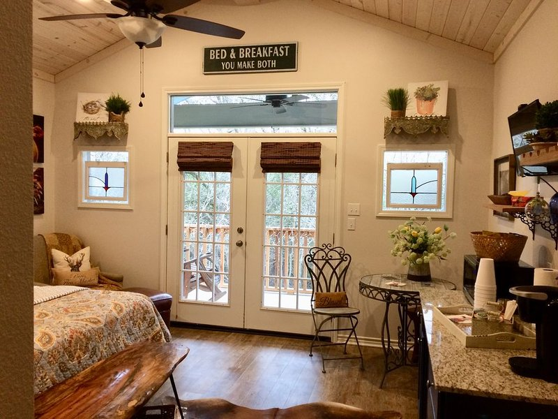 Bungalow Oaks - Steps away from Historical Sites on Main Street, holiday rental in Harker Heights