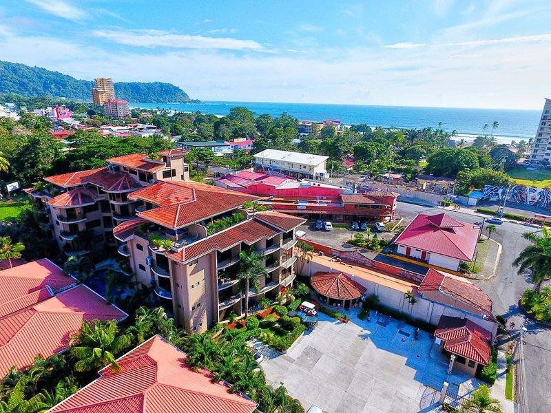Luxury Condo a block away from Jaco Beach w/ two pools, casa vacanza a Jaco