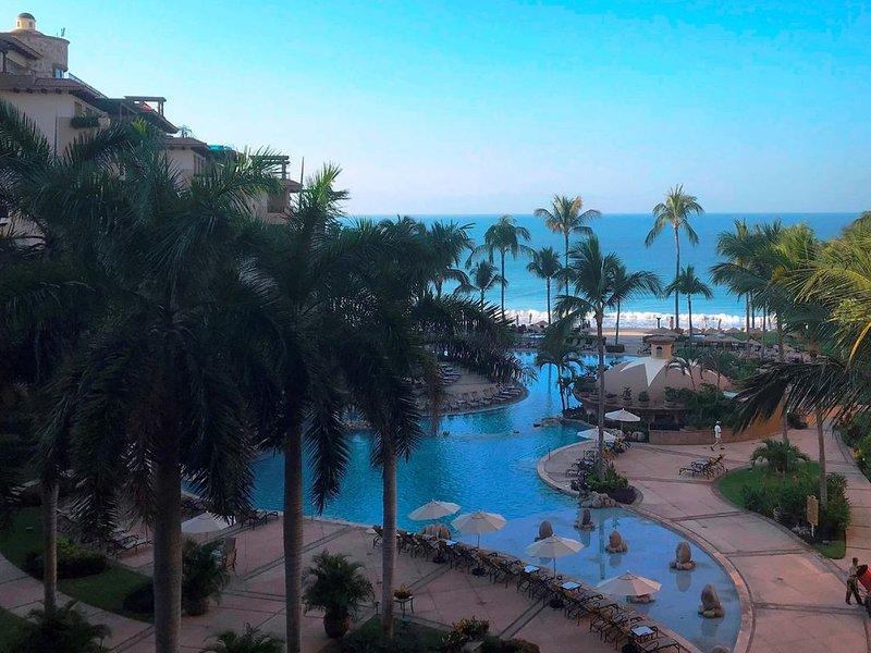 Luxury Beachfront Resort with 5 star amenities and services.  Huge balcony., alquiler de vacaciones en Flamingos