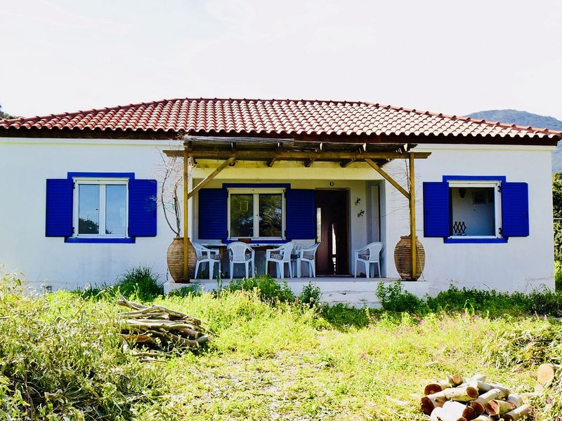 Eco-friendly, Simple And Rustic One-storey House In Quiet, Unspoilt Open Country, location de vacances à Velanidia