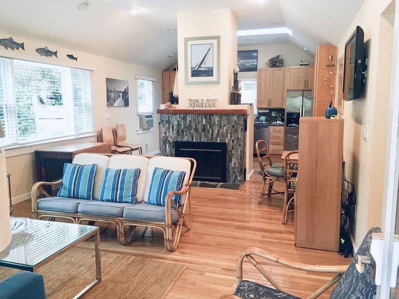 Utsikt över vardagsrum och kök från ingången till vårt hem