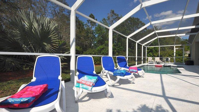 ¡Disfruta de las tumbonas italianas importadas en nuestra cubierta de piscina ampliada y captura el sol!