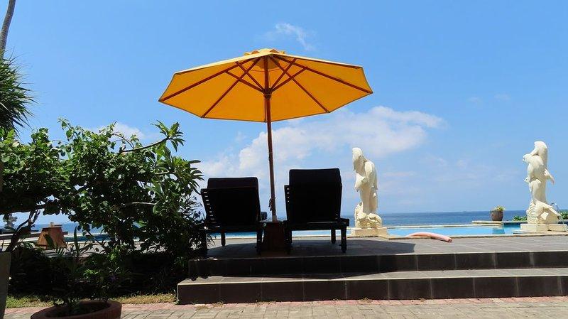 Beachfront bungalow with pool on Bali, vakantiewoning in Manggis