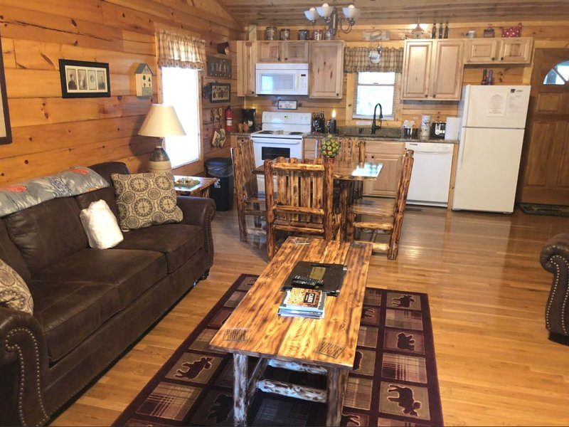 PRIVATE & SECLUDED-ROMANTIC, DANCING BEAR CABIN, holiday rental in Seymour