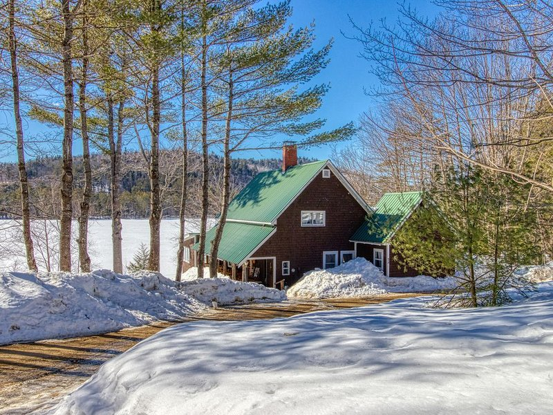 Dog-friendly lakefront cabin w/ sunset views  & firepit - private & near town!, alquiler de vacaciones en Bryant Pond