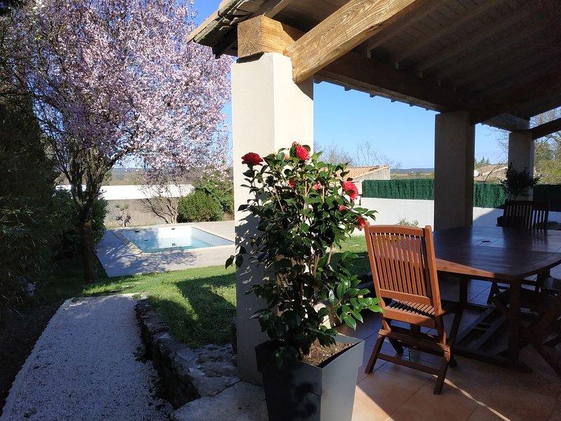 A deux pas de Nîmes, le calme d'un village dans une belle villa avec piscine ., holiday rental in Clarensac
