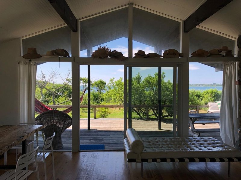 Secluded Beachfront Home with Private Beach--Available for Summer, location de vacances à Montauk