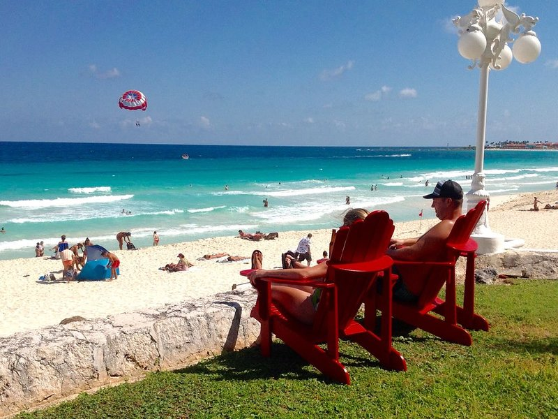 ! GROUND FLOOR! PRIVATE YARD! Pool level Steps to the beach! – semesterbostad i Cancún
