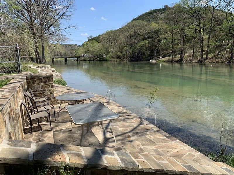 Beautiful La Querencia On The Guadalupe River *Perfect way to escape COVID19*, location de vacances à Canyon Lake