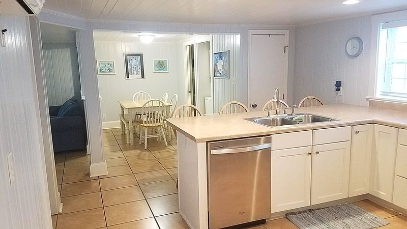 Nestled between the BEACH & BANKS CHANNEL- walk to PIER, RESTAURANTS & GROCERY!, holiday rental in Wrightsville Beach