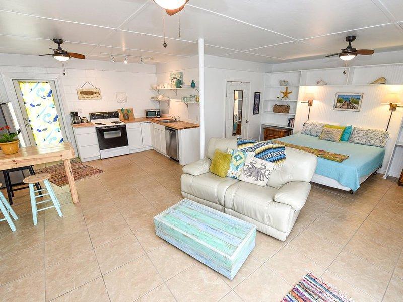 """POMPANO"" Beach studio. Perfect Couple's Getaway. Steps to the beach, location de vacances à Eastpoint"