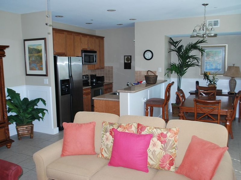 Beachside condo steps away from the Beach Club, beach and all the amentites, location de vacances à Jamaica Beach