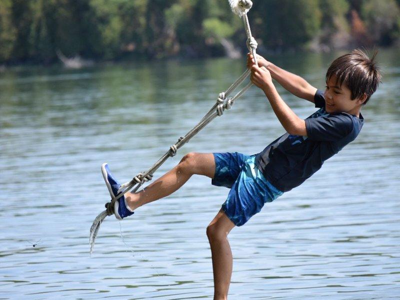 El famoso columpio de cuerda de la isla Harbour ... ¡un favorito para los jóvenes de corazón!