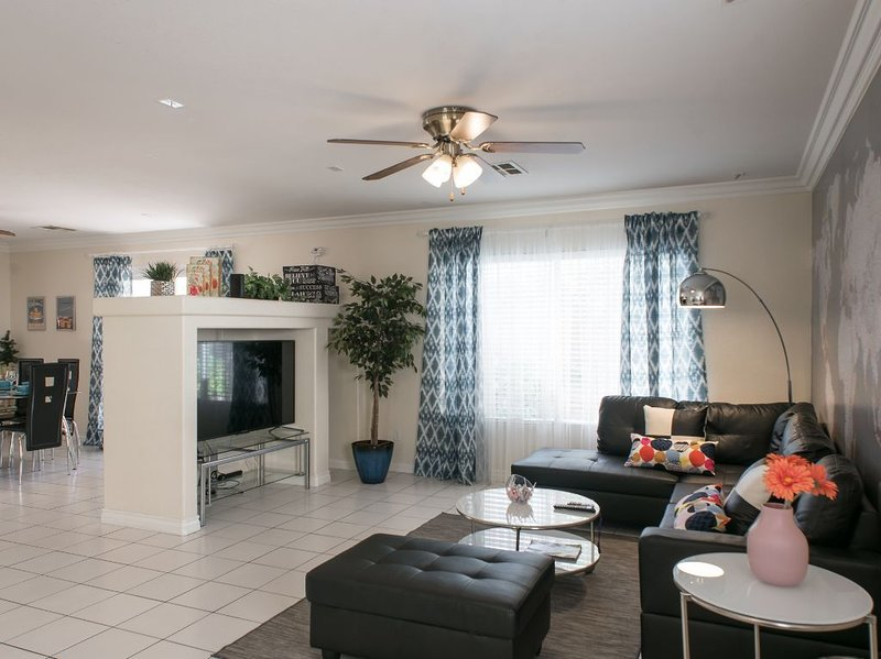 Comfy, clean & quiet 3 bedroom house close to Strip, Airport & T-mobile arena, aluguéis de temporada em Las Vegas