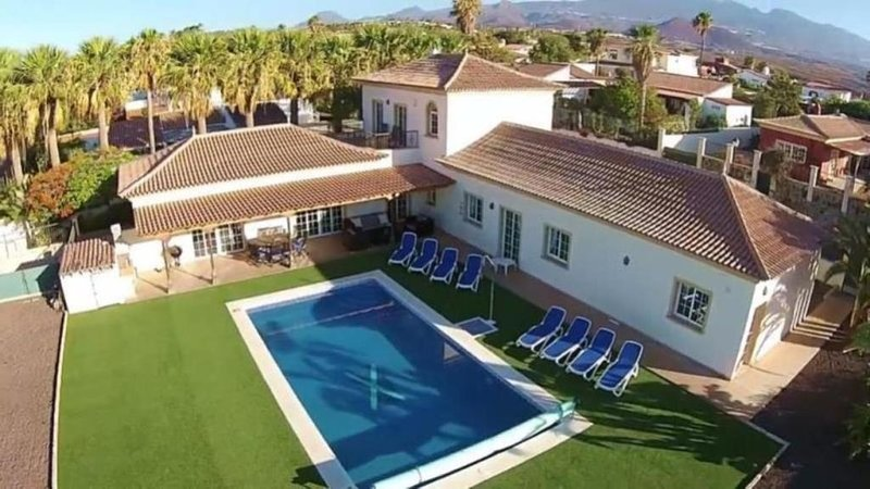 Luxury 5 bed villa with heated pool on private grounds and perfect location, location de vacances à San Miguel de Abona